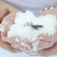 Winter-Wedding-Ideas-Rings-in-the-Snow-Click-pic-for-25-DIY-Wedding-Ideas